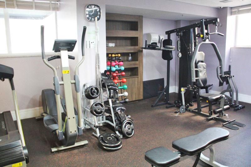 A academia de ginástica é compacta, mas tem bons aparelhos.