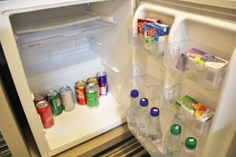 O frigobar tem vários produtos, mas há espaço para o hóspede colocar o que deseja.
