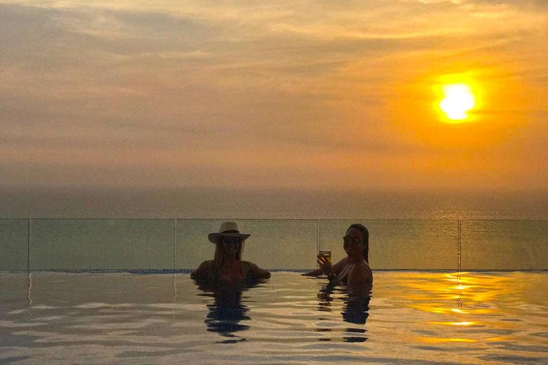 Drinks, piscina e vista mar. Assim é o pôr do sol no Hyatt Cartagena.