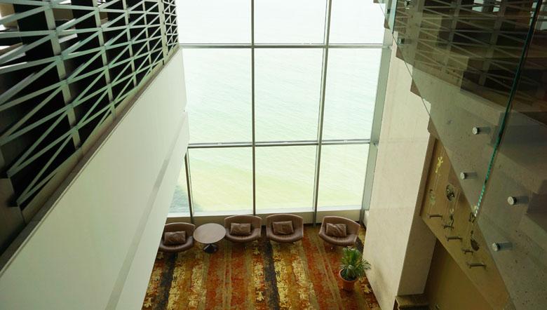 O lindo lobby do Hyatt Cartagena com pé direito alto e visa para o mar.