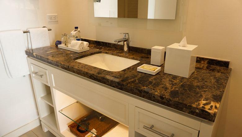 O banheiro é excelente, seguindo o mesmo padrão do quarto.
