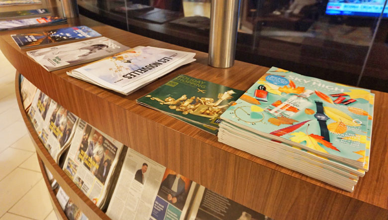 Várias opções de jornais e revistas.