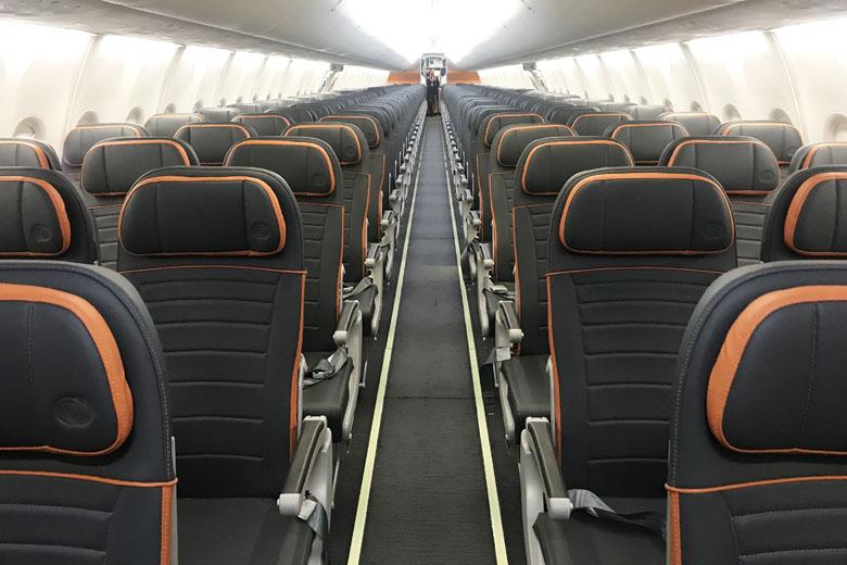 Depois dos assentos da Premium Economy estão os assentos convencionais.