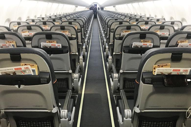 Nos assentos há um suporte para você prender seu dispositivo.