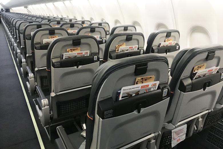 Há porta USB em todos os assentos.
