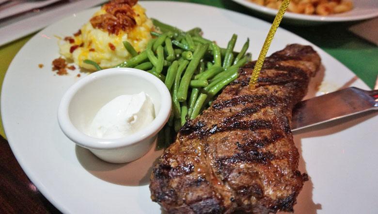 Se você ama carne, peça o New York Strip Steak.