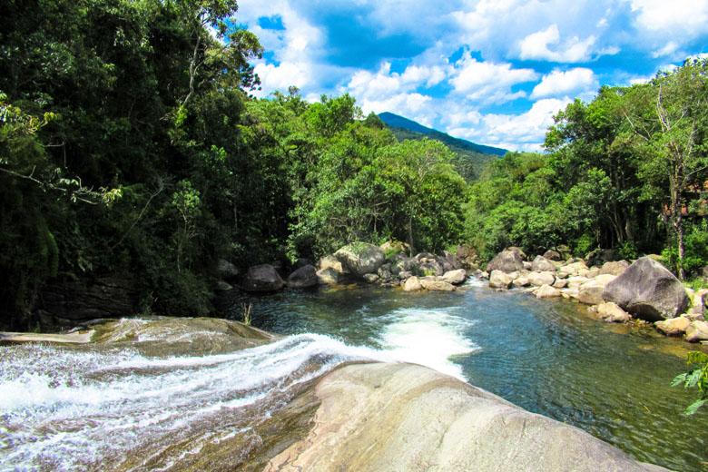 A Cachoeira do Escorrega, a mais famosa da região de Visconde de Mauá, fica no povoado de Maromba.