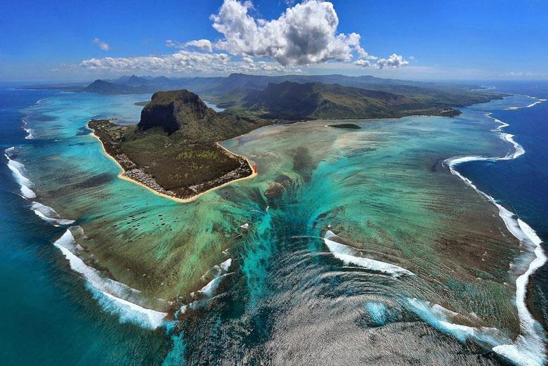 As paisagens deslumbrantes das Ilhas Maurício vistas de cima. Foto: Le Morne Brabant.