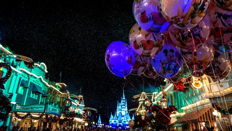 O Magic Kingdom fica ainda mais encantador na época de Natal.