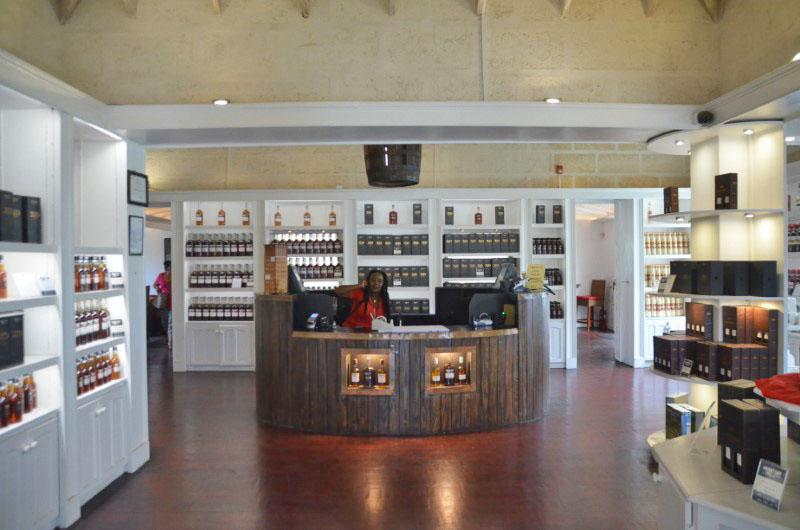 A lojinha da destilaria é bem charmosa e tem uma imensa variedade. Além das garrafas de rum, o local oferece várias opções de souvenir.
