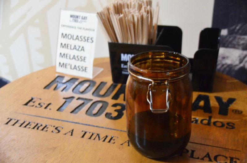 O melaço de cana de açúcar é um dos principais ingredientes do rum.