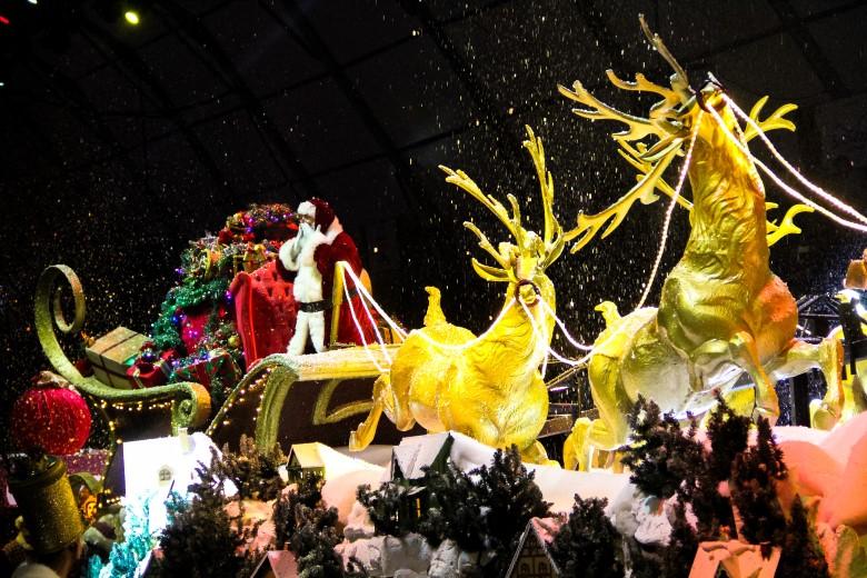 É possível encontrar o Papai Noel em vários locais da cidade.