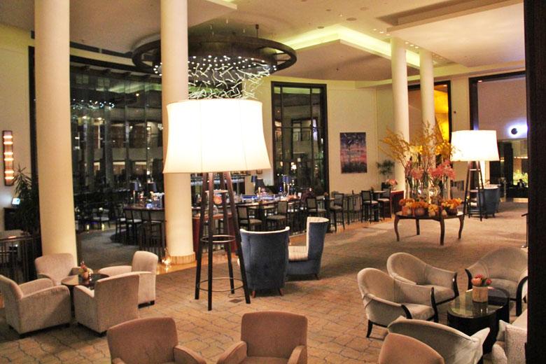 O lobby do hotel e seus detalhes.