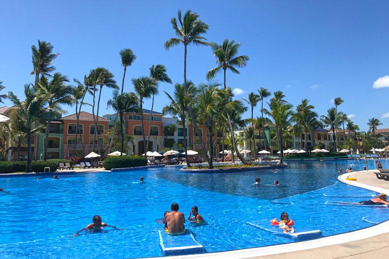 No hotel, a praia e as piscinas são os destaques para as crianças.
