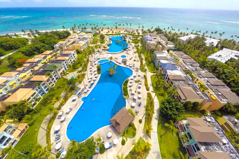 No hotel, a praia e as piscinas são os destaques.