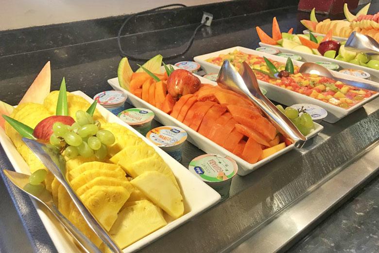 Frutas cortadas à disposição no buffet.
