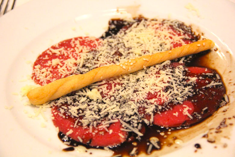 Carpaccio à la carte no restaurante italiano.