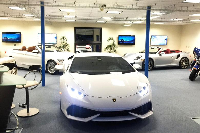 Garagem da locadora em Miami.