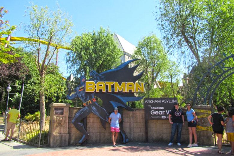 A montanha-russa do Batman possui realidade virtual.