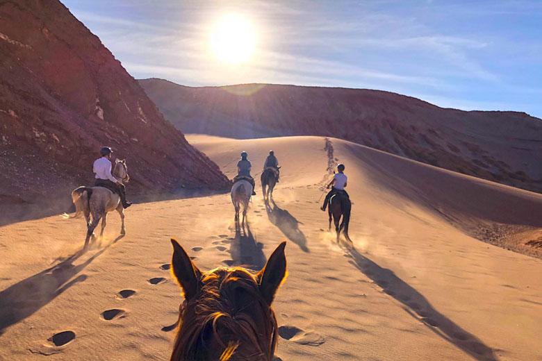 Cavalgada pelas dunas do deserto mais árido do mundo.
