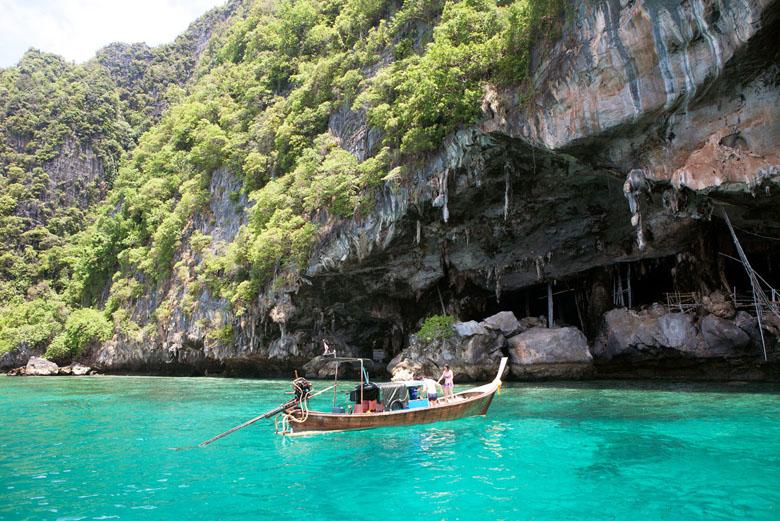 Que tal um passeio de barco em meio a natureza exuberante da Tailândia?