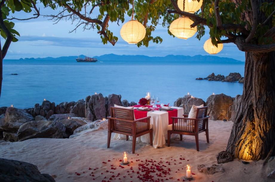Que tal um jantar romântico assim na sua lua de mel em Phuket?