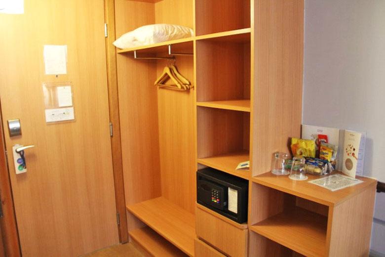 Os armários são abertos, tornando mais prático o uso.