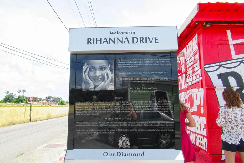O totem informativo da homenagem à cantora.