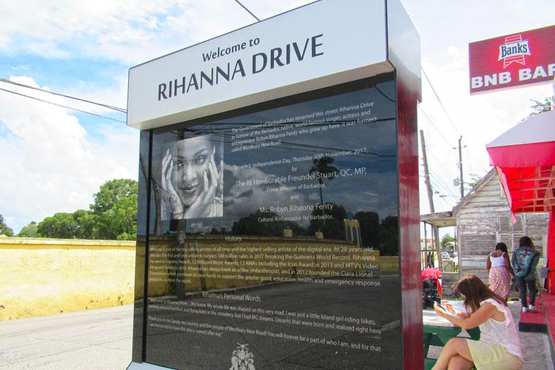 No totem, há mais sobre a história da cantora e palavras da própria sobre a homenagem.