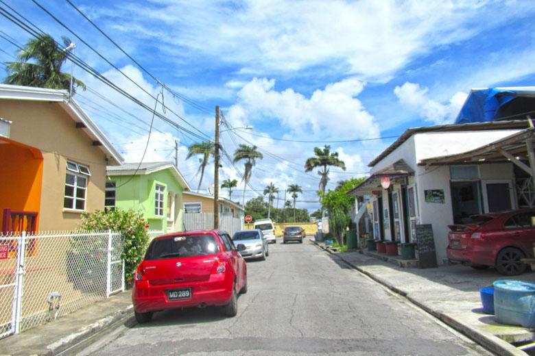 Apesar do ponto turístico, a rua permanece simples e bastante local.