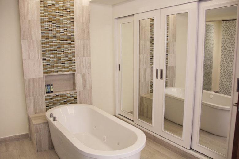 A banheira é imperdível para casais e também para as crianças.