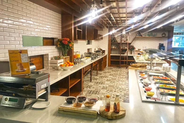 O bonito espaço onde está localizado o buffet para alimentação.
