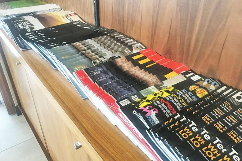 Várias revistas à disposição.