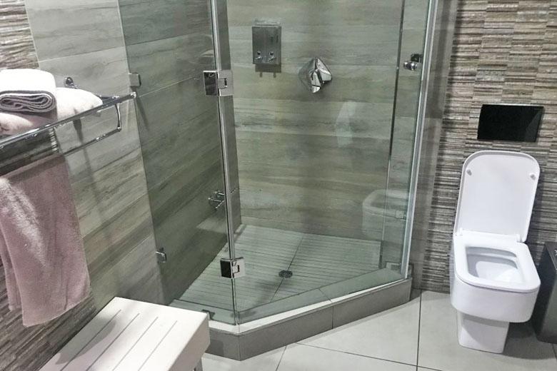 Banheiro privativo com chuveiro.