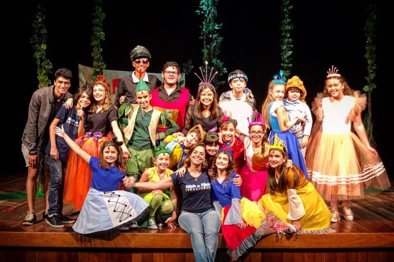 No teatro, as crianças se divertem e aprendem com os espetáculos.