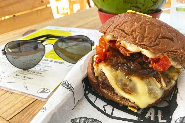 Hambúrguer do Vidal (R$35). Blend da casa com maionese de brasa, queijo brie, crispy de parma e cebola caramelizada no pão australiano.
