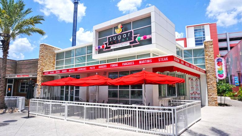 O local chama atenção pelas cores e por estar perto da The Orlando Eye.