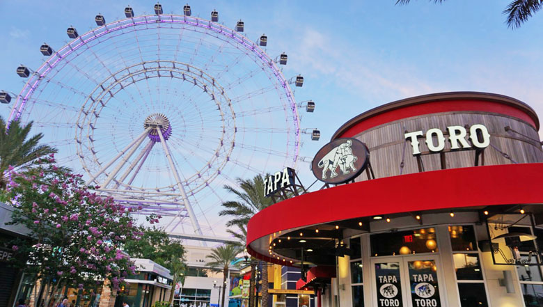 O restaurante tem vista privilegiada para a roda-gigante The Orlando Eye.