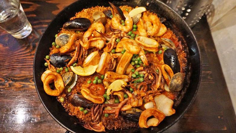 A paella é simplesmente incrível e vale a espera.