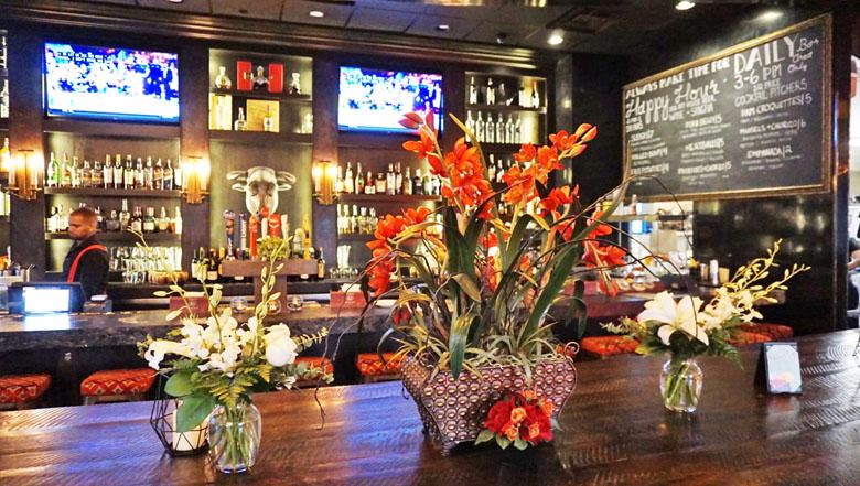 As flores com um bar ao fundo.