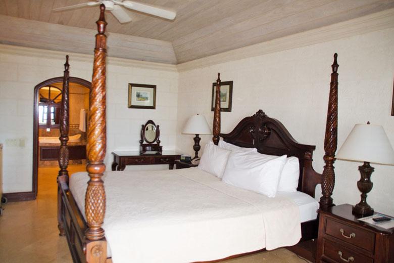 A cama king size com dossel artesanal é o máximo.