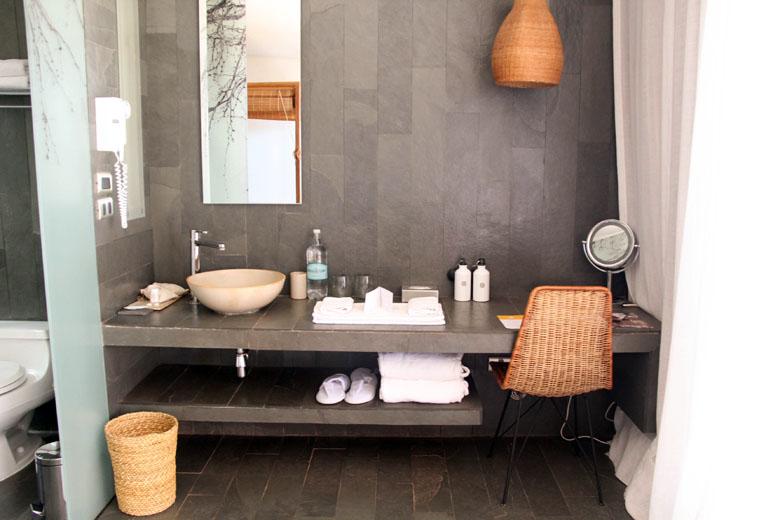 Excelente bancada no banheiro integrado com o quarto.