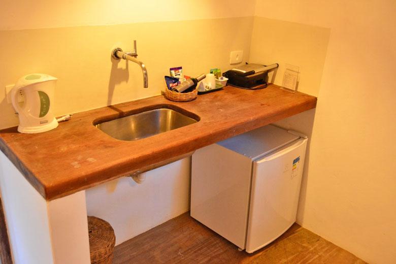 Pequena cozinha dentro do bangalô.
