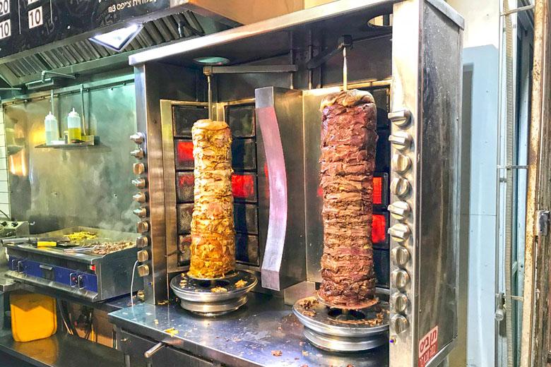 Shawarma assando no espeto giratório