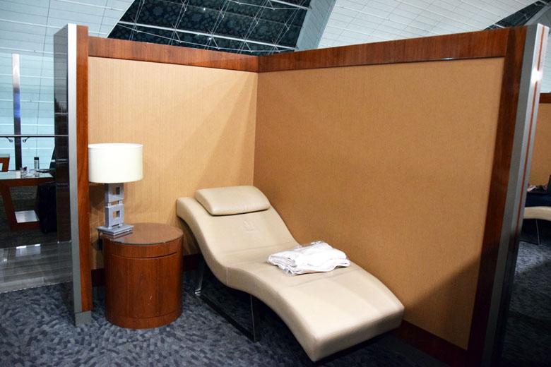 Ambientes da Emirates Business Class Lounge no Aeroporto de Dubai - espreguiçadeira