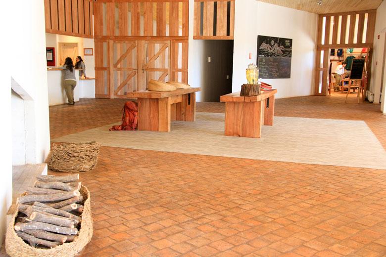 A bela área do lobby com elementos em madeira em harmonia com a natureza local.