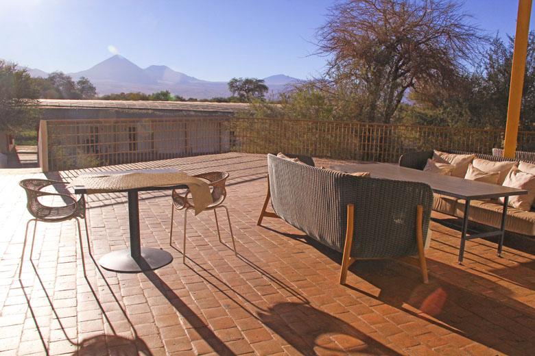 O ambiente externo do restaurante com vista para o vulcão.