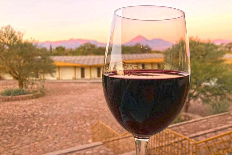 Que tal desfrutar um vinho chileno com vista para o vulcão.