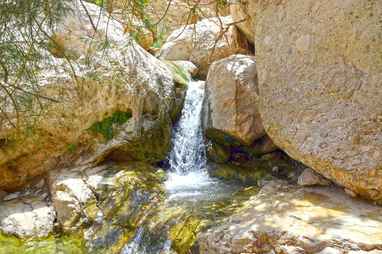 Pequena cachoeira da trilha de Wadi David.