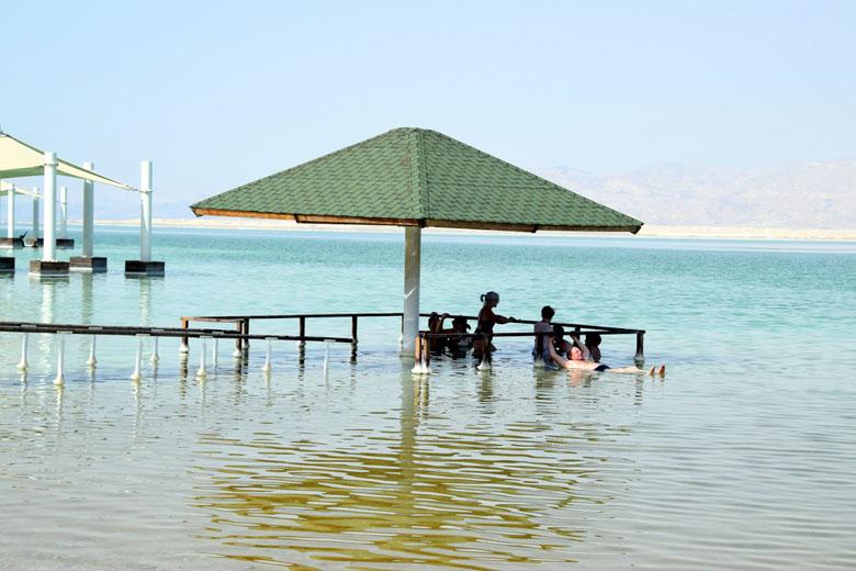 Praia de Ein Bokek: guarda-sol dentro do mar.